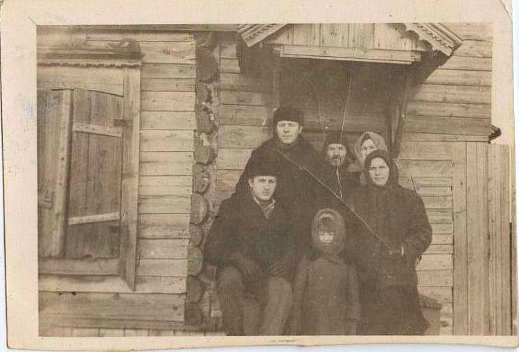 Жители д. Мосты. Фото из архива семьи Усачевых