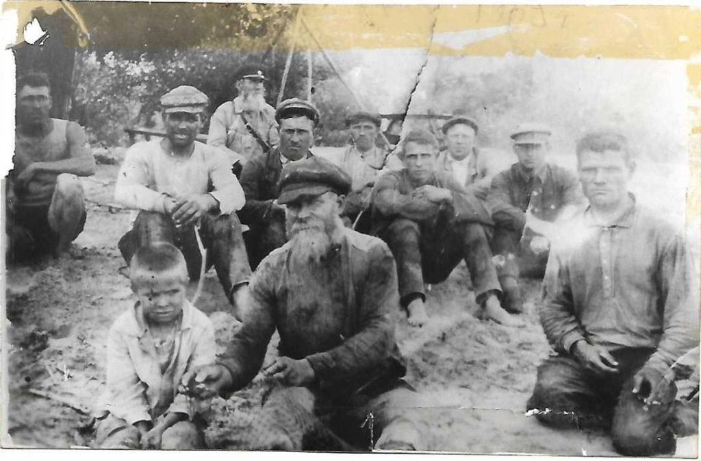 Жители села Давыдовки на берегу Волги — десять взрослых мужчин и мальчик, лето ≈1939/1940