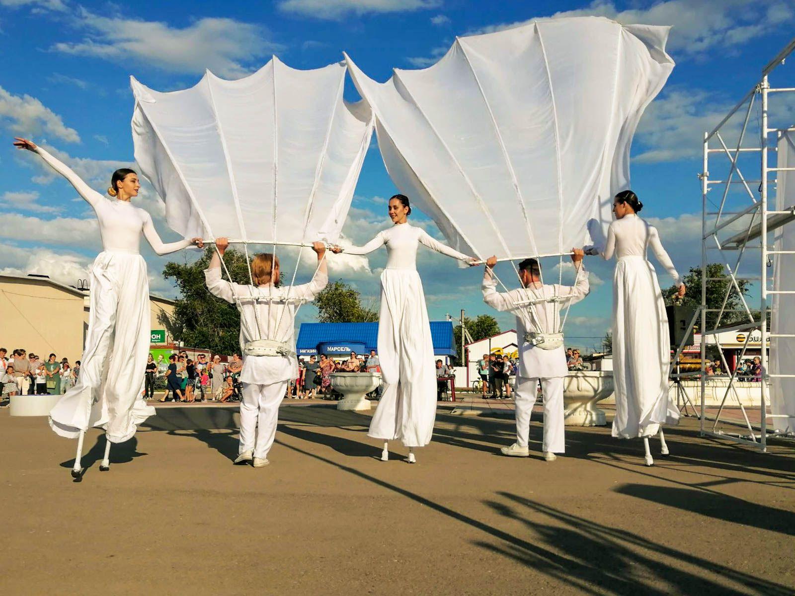 Перфоманс «Полёт времени» в исполнении Самарского уличного театра «Пластилиновый дождь»